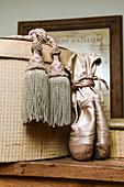 Quasten und Ballettschuhe an einer alten Hutschachtel als Deko