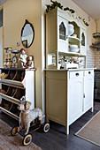 Regal vor der offenen Küche im Shabby Chic mit altem Buffetschrank