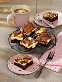 Käsekuchen-Brownies in Stücken