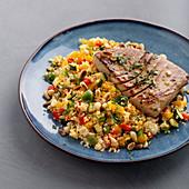 Thunfischsteaks auf Couscous-Gemüse-Salat