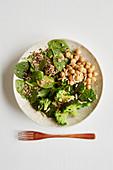 Brokkoli-Quinoa-Bowl mit Kichererbsen und Spinat