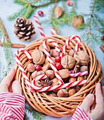 Zuckerstangen, Nüsse und Cranberries im Weihnachtskranz