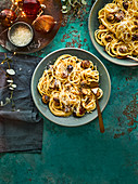 Spaghetti Carbonara mit Würstchen im Schlafrock (weihnachtlich)