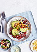 Gesunde Taco-Bowl mit Avocado