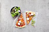 Pizza mit Kirschtomaten und Minimozzarella