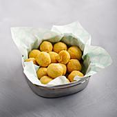 Polenta-Kokos-Bällchen mit getrockneter Mango