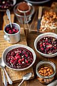 Schokoladenpudding mit Hirse und Beeren
