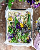 Gartenfocaccia mit frischen Kräutern