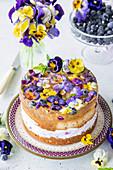 Cremetorte mit Champagnergelee, Heidelbeeren und Hornveilchenblüten