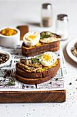 Sandwich mit Sprotten, Senf und gekochten Eiern