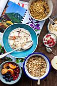 Bircher Müsli, Porridge, Granola und Früchte