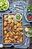 Hähnchenkeulen mit Hasselback-Kartoffeln und Oliven aus dem Ofen dazu Gremolata