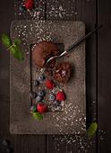 Lava Cake mit Beeren