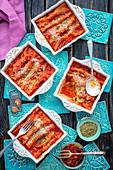 Cannelloni mit Quark, Spinat und getrockneten Tomaten, in Tomatensauce gebacken