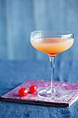 'Sink The Pink' (Cocktail mit Gin und Grapefruitsaft)