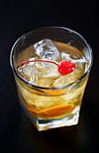 Old Fashioned mit Cocktailkirsche