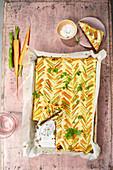 Möhren-Spargel-Tarte mit Pumpernickel