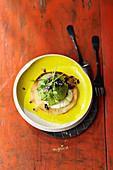 Gurken-Sorbet mit Zitronenschmand und vegetarischem Kaviarersatz