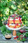 Beerenkuchen auf Tisch im Garten