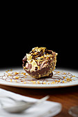 Ambassador's Reception: kugelförmiges Schokoladendessert mit Nüssen