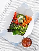 Superfood-Salat in Take-Away-Box mit süss-sauer-Sauce