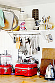 Küchenszene mit vielen verschiedenen Küchengeräten und Küchenutensilien