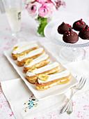 Teegebäck: Vanille-Bananen-Eclairs und Himbeer-Schokoladengebäck