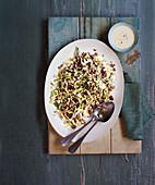 Salat mit Kohl, rotem Reis und Tahini-Dressing