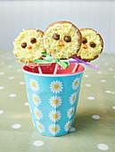 Vanille Cake Pops mit Kükenmotiv