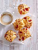 Gebäck mit Erdbeeren und Mandeln zum Kaffee