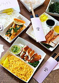Verschiedene chinesische Gerichte in To-Go-Verpackungen