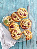 Yeast cakes with gooseberries and crumble