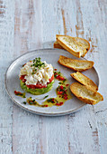 Weißes Spargel Tartar mit Avocado und Tomaten dazu Röstbrot
