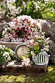 Kleiner Frühlingsstrauß aus Apfelblüten, Maiglöckchen und Weißdorn