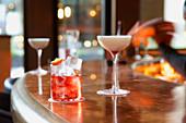 Martini und Negroni-Cocktail auf Theke einer Cocktailbar