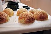 Burger-Brötchen mit Käse überbacken
