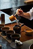Japanischen Tee servieren