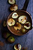 Apfelwein im Kupertopf mit kleinen Seckelbirnen, Zimt und Vanillesirup