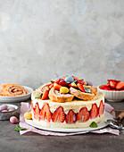 Erdbeer-Quark-Torte mit Biskuitrollen zu Ostern
