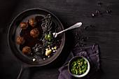 Mediterrane Fleischbällchen mit schwarzen Spaghetti