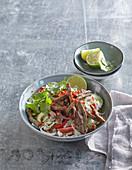 Asiatischer Salat mit Rindfleisch, Limette und Chili