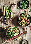 Gebratener Tofu mit Bandnudeln, Gemüse und Cashewkernen (Asien)