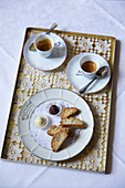 Pralinen und Biscotti zum Espresso auf Tablett