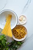 Spaghetti, Fussili, Parmesan und Kräuter