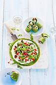Kräuterpfannkuchen-Röllchen mit Schmand, Gemüse und Speck