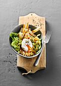 Vegetarische Spargel-Bowl mit pochierten Eiern und roten Linsen