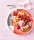 Quark cakes with strawberries and strawberry ice cream