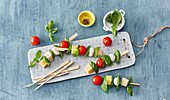 Cheese skewers with tomatoes and basil