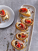 Canapés with figs, honey and goat cheese
