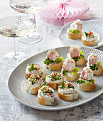 Canapés with garlic and horseradish spread